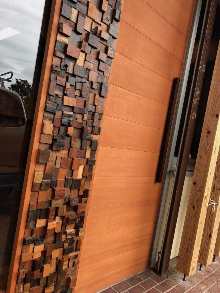 弊社取扱の古船ウッドモザイクタイルを用いた玄関建具