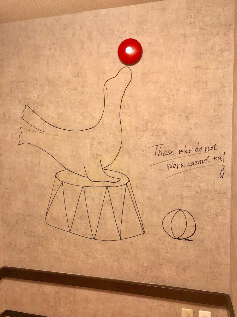 店内座席壁面にあった非常ベルは絵でカモフラージュ