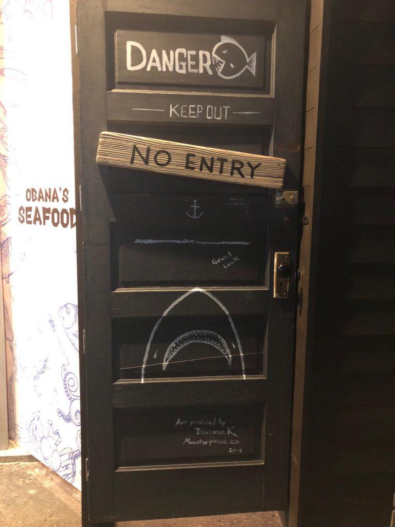 入り口横倉庫扉には60'sUSAアンティークドアを使用